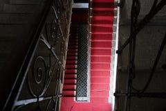 Oude treden in het historische paleis Klassieke trappen met rood tapijt Stock Afbeelding