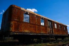 Oude trein die weg in het depot smelten stock afbeelding