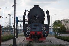 Oude trein in een station Stock Afbeelding