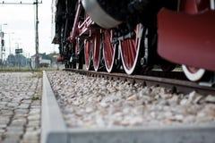 Oude trein in een station Stock Fotografie