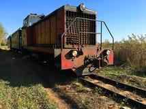 Oude trein op een oude spoorweg royalty-vrije stock fotografie