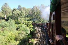Oude trein op houten brug Stock Afbeeldingen