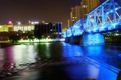 Oude treinbrug in blauwe splender stock foto