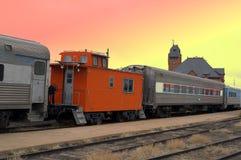 Oude treindepot en treinauto's Royalty-vrije Stock Afbeelding