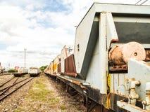 Oude treinen die bij trainstation parkeren stock foto