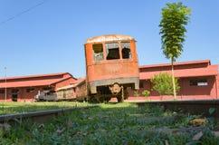 Oude treinen die toeristische attracties op Estrada DE Ferro Made zijn Stock Fotografie