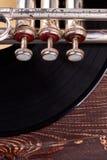 Oude trompet en vinylverslag, bebouwd beeld stock foto's