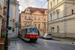 Oude Tsjechische tram op een verlaten straat in de vroege ochtend in Praag Royalty-vrije Stock Foto's