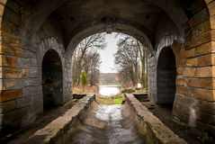 Oude tunnel op meer en bos Stock Foto