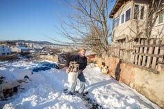 Oude Turkse mens die gehakt brandhout in een plastic emmer dragen Royalty-vrije Stock Afbeelding