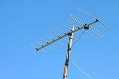 Oude TV-antenne op huisdak met blauwe hemel Royalty-vrije Stock Afbeelding