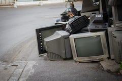 Oude TV splitste een rommel gemaakt van op straat op stock afbeelding