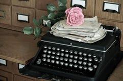 Oude typewritter en brieven in een bibliotheek stock foto's