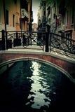 Oude uiterst kleine brug in Venetië, Italië Royalty-vrije Stock Afbeeldingen