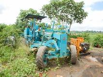 Oude uitgeputte industriële nivelleermachine De gevolgen van oorlog en de Ebola-uitbarsting in Liberia Royalty-vrije Stock Foto's