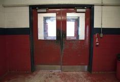 Oude uitgeputte schommelingsdeuren in sportenarena stock fotografie