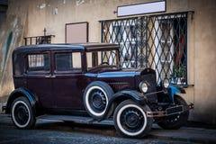 Oude uitstekende auto Stock Foto's