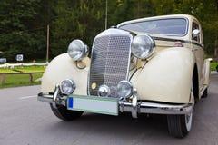 Oude uitstekende auto stock afbeeldingen