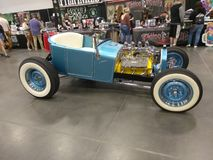 Oude Uitstekende Auto en Blauwe Hemel Stock Foto