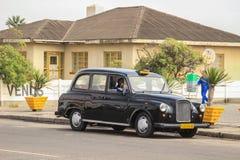 Oude uitstekende auto op Walvis-Baaistraat stock fotografie
