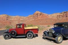 Oude uitstekende auto's het drijven Moki Dugway weg die tot de Vallei van de Goden, de V.S. leiden royalty-vrije stock foto's