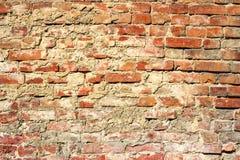 Oude uitstekende bakstenen muur Royalty-vrije Stock Afbeeldingen