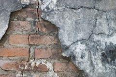 Oude uitstekende bakstenen muur Stock Foto