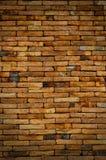Oude uitstekende bakstenen muur donkere toon Stock Afbeeldingen