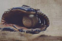 Oude uitstekende bal in leermitt, grunge het beeld van het honkbalmateriaal Groot voor grafisch sportenteam of hardball speler stock afbeelding