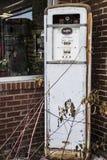 Oude Uitstekende Benzinepomp Stock Afbeelding