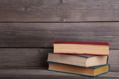 Oude uitstekende boeken op grijze houten lijst royalty-vrije stock afbeelding
