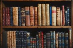 Oude uitstekende boeken zonder namen of aantallen op een houten plank royalty-vrije stock foto's