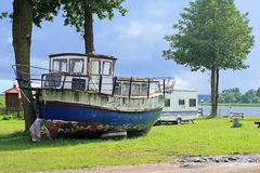 Oude uitstekende boot Stock Foto's