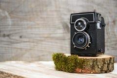 Oude uitstekende camera op houten tribune, houten achtergrond, retro thema, veilingen en hobbys stock foto