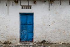 Oude uitstekende deur op retro muur stock afbeelding