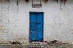 Oude uitstekende deur op retro muur stock afbeeldingen