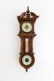 Oude uitstekende die klok met barometer op witte muur wordt geïsoleerd Royalty-vrije Stock Afbeeldingen