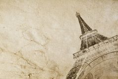 Oude uitstekende document textuurachtergrond met het silhouet van de toren van Eiffel in Parijs De fototextuur van uitstekende kw stock foto
