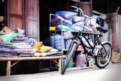 Oude uitstekende fiets Royalty-vrije Stock Afbeeldingen