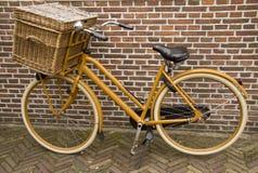 Oude uitstekende fiets met mand Royalty-vrije Stock Foto's