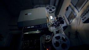 Oude, uitstekende filmprojector steadicam schot stock footage