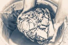 Oude uitstekende foto De witte klei doorweekt in water Stock Afbeeldingen