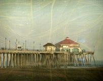 Oude uitstekende foto van pijler en strand Stock Foto
