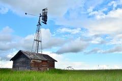 Oude Uitstekende Graanschuur en Landbouwwindmolen Stock Fotografie