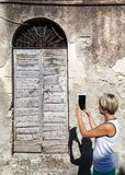 Oude uitstekende groene houten deur Stock Afbeelding