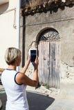 Oude uitstekende groene houten deur Stock Foto