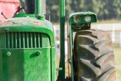 oude uitstekende groene Tractor Royalty-vrije Stock Afbeeldingen