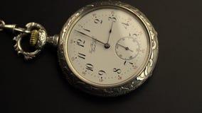 Oude uitstekende het horlogetijd die van het klokmechanisme snel gaan Zwarte achtergrond stock video