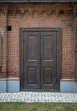 Oude, uitstekende, houten deur in een bakstenen muur. Royalty-vrije Stock Fotografie
