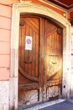 Oude, uitstekende, houten deur stock foto's